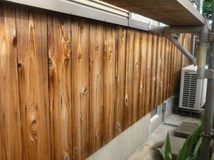兵庫県高砂市米田で杉板の塗替えをしています。