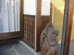 加古川市で玄関柱・腰板・梁の洗いをしました。