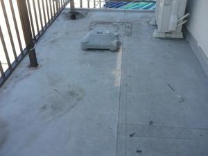 兵庫県高砂市の外壁塗装の現場でベランダ床改修防水工事を始めました。
