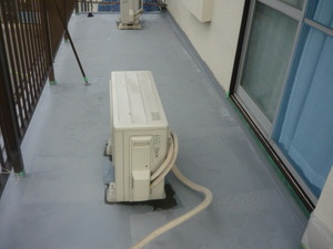 今日は、ベランダ床防水の下塗りをしました。