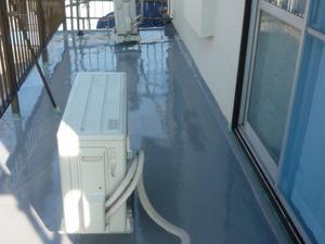 今日も蒸し暑いです、昨日ベランダ床防水工事で2回目の中塗りをぬりました。