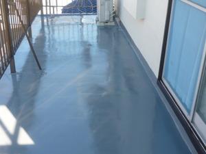 今日はベランダ床防水仕上げのトップコートを塗りました。