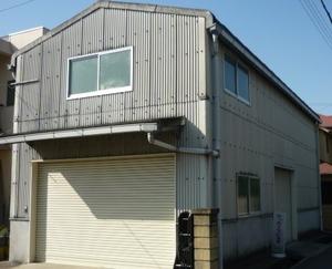 今週から明石市の方で倉庫外壁塗装工事に入っています。